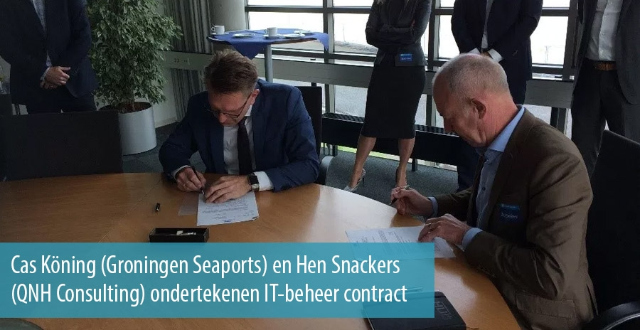 Cas Köning (Groningen Seaports) en Hen Snackers (QNH Consulting) ondertekenen IT-beheer contract